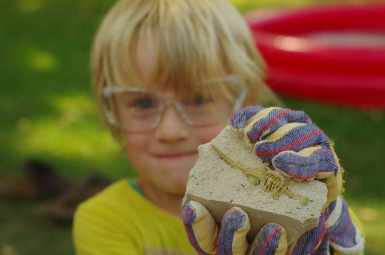 Junge mit Fossil